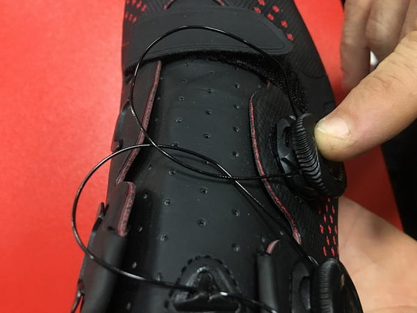 Presionar el dial Boa hasta que encaje correctamente en la zapatilla