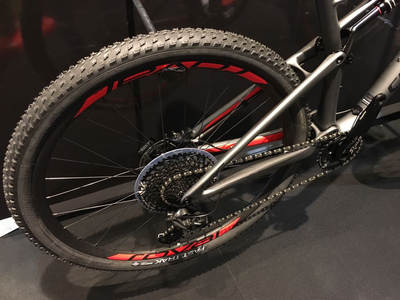 The Specialized Epic Expert 2018 incorporates the rear swingarm in carbon